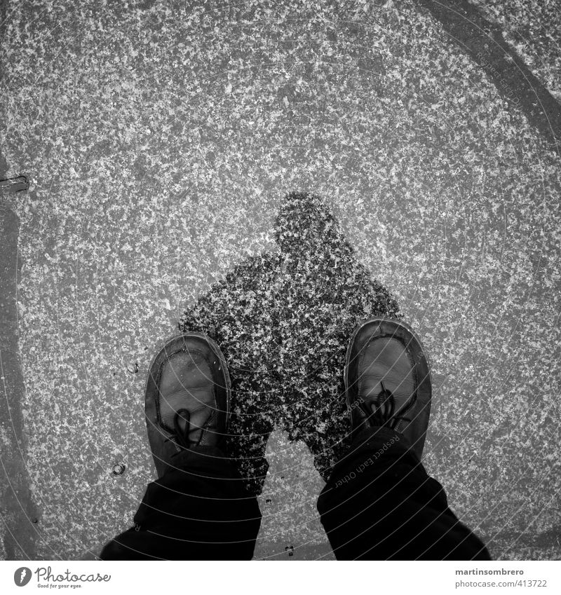 Regenspaziergang maskulin Mann Erwachsene Beine Fuß 1 Mensch 18-30 Jahre Jugendliche Stadt Fußgänger Straße Hose Schuhe stehen nass Stillstand ruhig Zeit