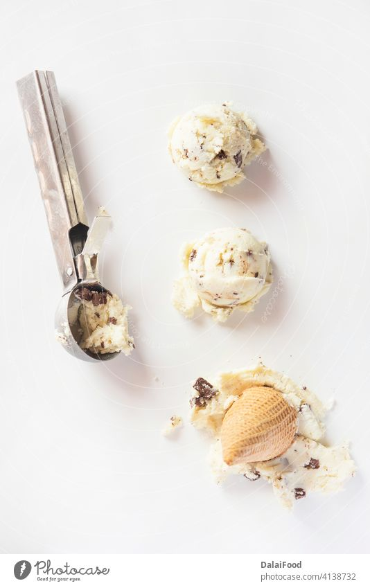 Eiscreme mit Vanille und Schokolade Hintergrund Ball braun Nahaufnahme Sahne Molkerei Dessert Geschmack Lebensmittel gefroren gelato Feinschmecker Speiseeis