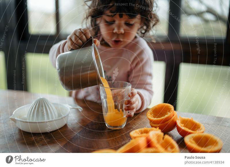 Kind macht Orangensaft orange saftig Saft Vitamin Bioprodukte Zitrusfrüchte Farbfoto Ernährung frisch Lebensmittel Vitamin C Frucht Gesundheit vitaminreich