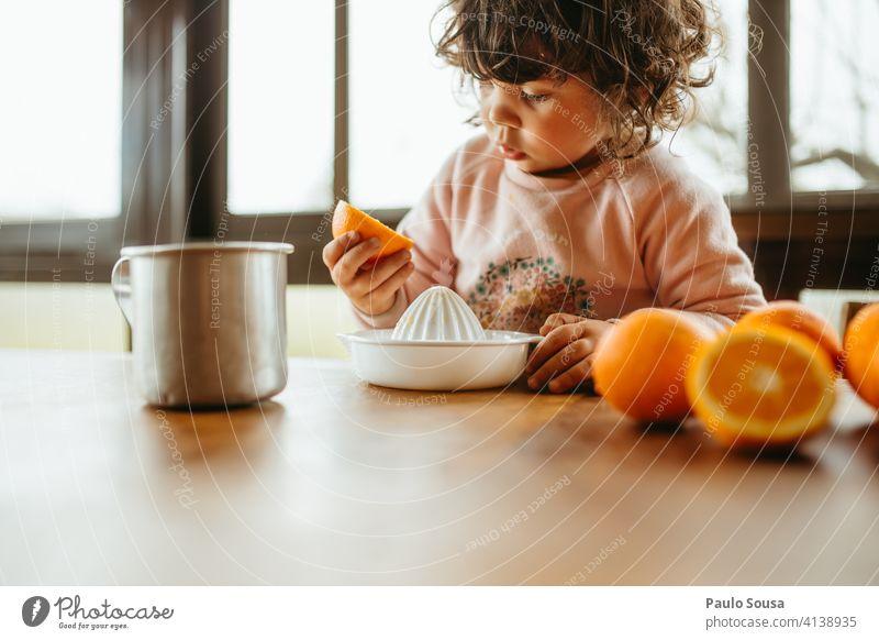 Kind macht Orangensaft 1-3 Jahre authentisch orange Farbfoto Tag Freude Kindheit saftig Zitrusfrüchte Vorbereitung Frucht Gesundheit Saft Lebensmittel Ernährung