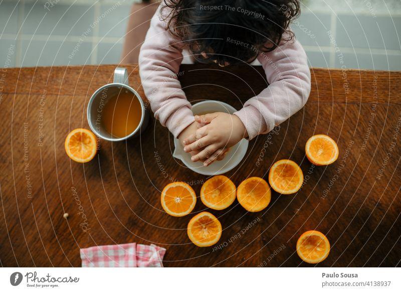 Kind macht Orangensaft zu Hause 1-3 Jahre Kaukasier Vogelperspektive Blick von oben orange Zitrusfrüchte Vitamin Vitamin C Frucht Saft Ernährung Lebensmittel