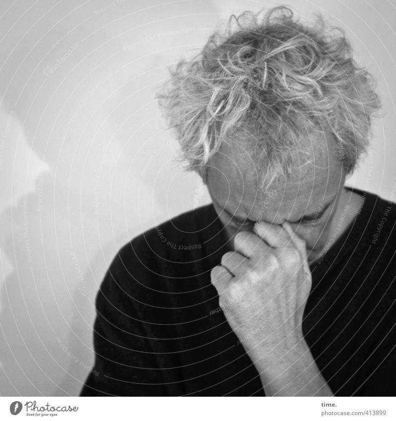 Zeitumstellung |also wie war das jetzt noch gleich ... maskulin Mann Erwachsene Leben Kopf Haare & Frisuren Hand 1 Mensch 45-60 Jahre grauhaarig Denken