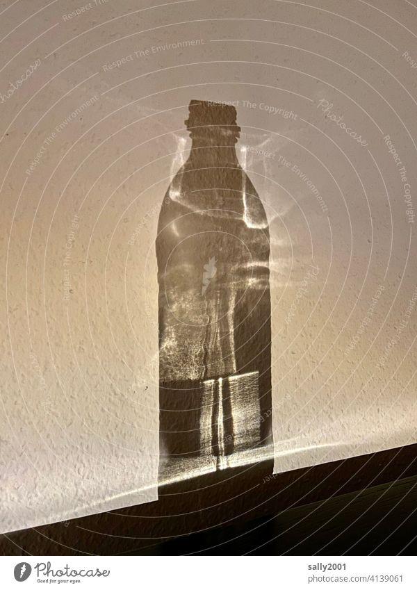 Illusion... von einer Flasche voll Licht... Schatten Lichtbrechung Wand Kontrast Strukturen & Formen Schattenwurf Reflexion & Spiegelung abstrakt Muster