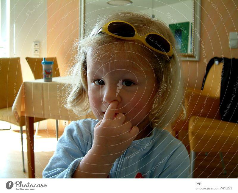 marie_I Kind lustig Nase Finger Brille