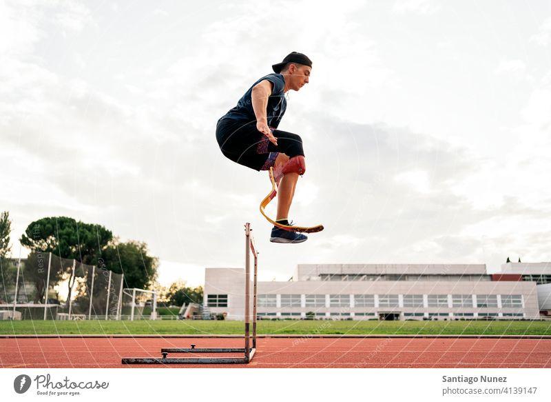 Behinderter Mann Sportler Springen Seitenansicht Junge jung laufen Läufer rennen springen springend Athlet Prothesen Prothetik Behinderung deaktiviert