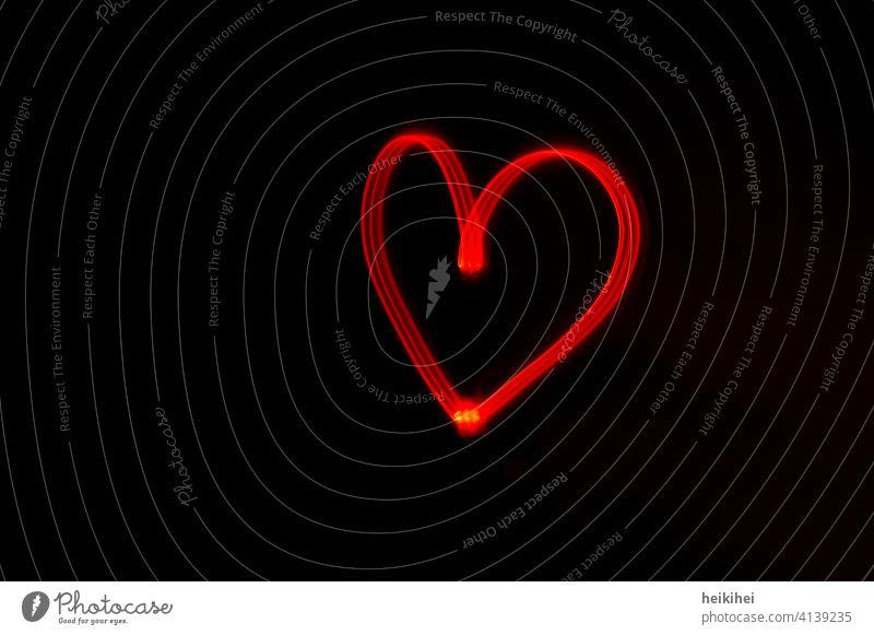 Ein mit rotem Licht gezeichnetes Herz Langzeitbelichtung Liebe heart ich liebe dich Nacht i love you schreiben mit taschenlampe Lichterscheinung schwarz Low Key