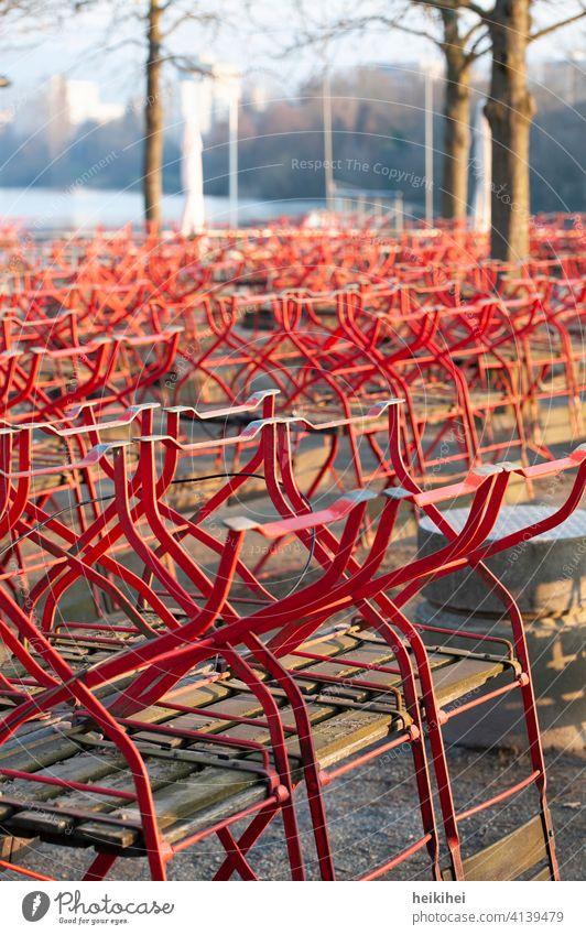 Ein wegen dem Covid-Lockdown geschlossener Biergarten, alle Stühle sind aufgestuhlt ... Stuhl Menschenleer Außenaufnahme Gastronomie corona coronavirus pandemie