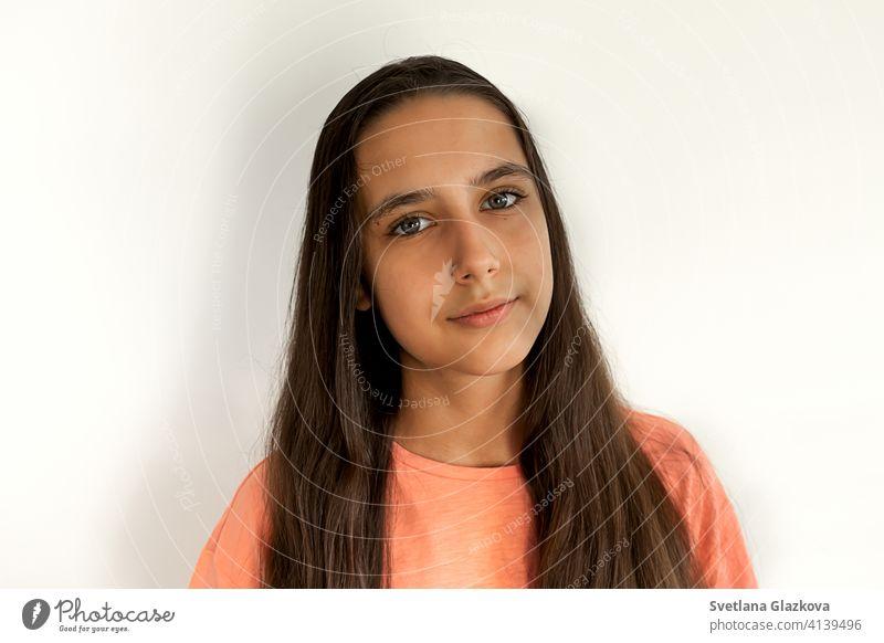 Porträt eines schönen jungen Teenager hispanischen Mädchen mit langen braunen Haare Gesundheit auf weißem Hintergrund. Ruhiges Gesicht, Schönheit Konzept hübsch