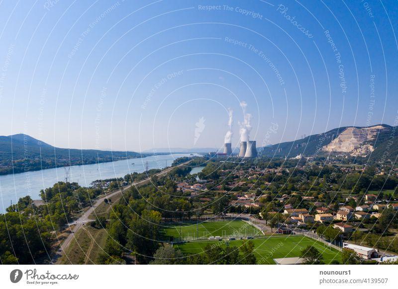 Atomkraftwerk im Rhonetal erzeugt Strom nuklear Strahlung Himmel Industrie Elektrizität Kernkraftwerk Kühlturm Rauch Umweltschutz Energiewirtschaft Klimawandel