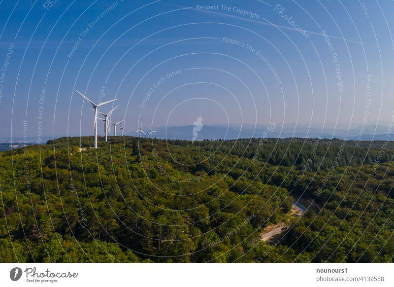 Windpark im Wald erzeugt Strom wind Windkraftanlage Himmel Energiewirtschaft Elektrizität Industrie ökologisch Erneuerbare Energie Umwelt alternativ