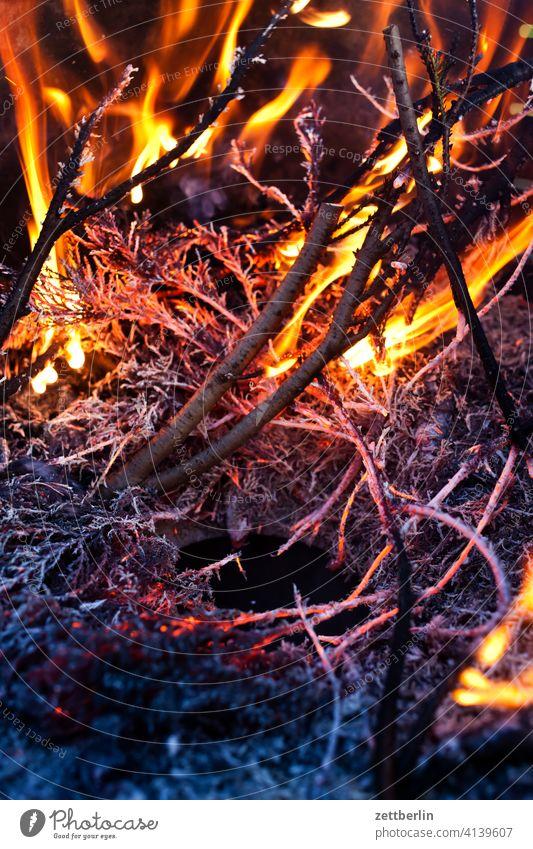 Feuer asche brennen feuer feuerschale feuerwehr flamme gefahr gefährlich glut heiß hitze lodern osterfeuer verbrennen verbrennung versicherung schrebergarten
