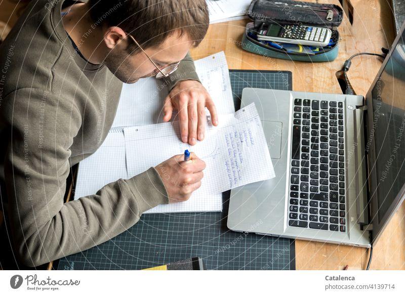 Junger Mann arbeitet am Laptop, online Vorlesung arbeiten zu Hause Homeoffice lernen Internet Portrait Bildung Schreibtisch Fenster Arbeitsplatz Computer