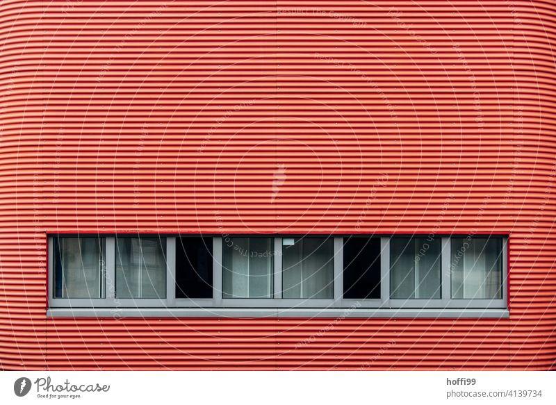 rot gestreifte Fassade mit Festerreihe Wellblechwand Fenster Wand rote fassade minimalistisch Wellblechfassade modern Zweckbau Moderne Architektur Design Linie