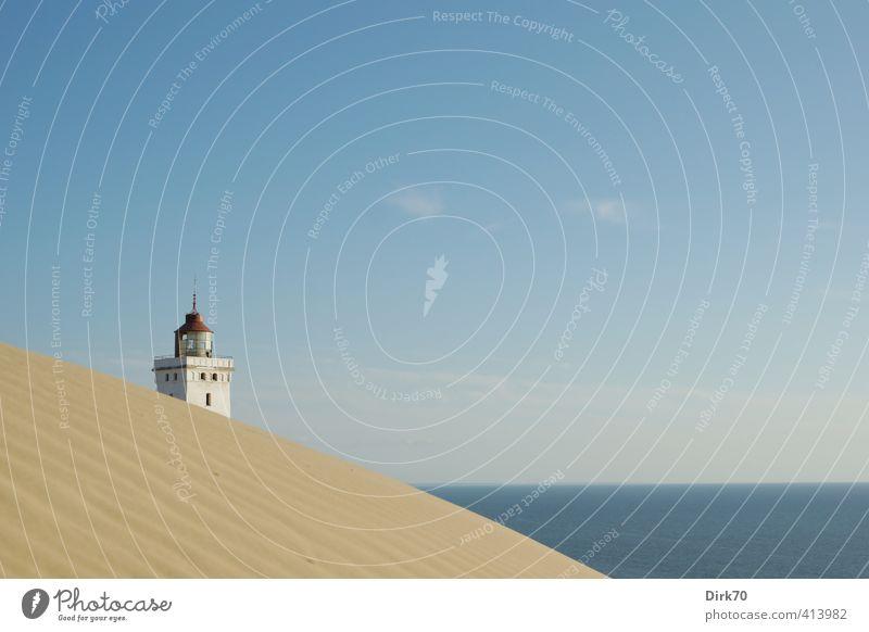 Sich hinter Dünen ducken - Rubjerg Knude Fyr zum Zweiten blau Wasser weiß Sommer Meer rot ruhig Strand Ferne gelb Küste Sand braun Schutz historisch Gelassenheit