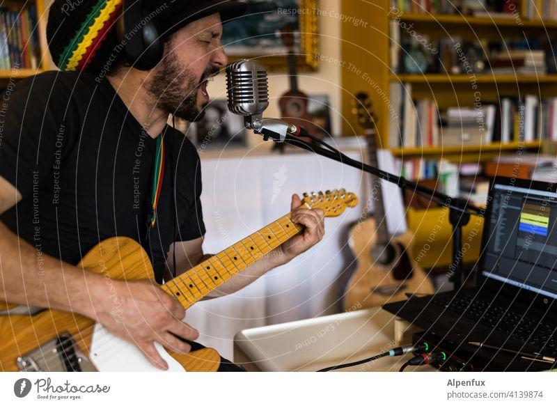 Musizierender Musiker aufnahme Studioaufnahme Podcast Mikrofon Gitarre Gitarrenspieler Aufnahme Farbfoto Technik & Technologie Gerät Klang Instrument Künstler