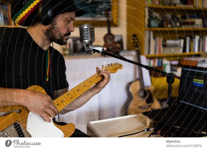 Warten auf den Einsatz - im Wohnzimmer Musiker aufnahme Studioaufnahme Podcast Mikrofon Gitarre Gitarrenspieler Aufnahme Farbfoto Technik & Technologie Gerät