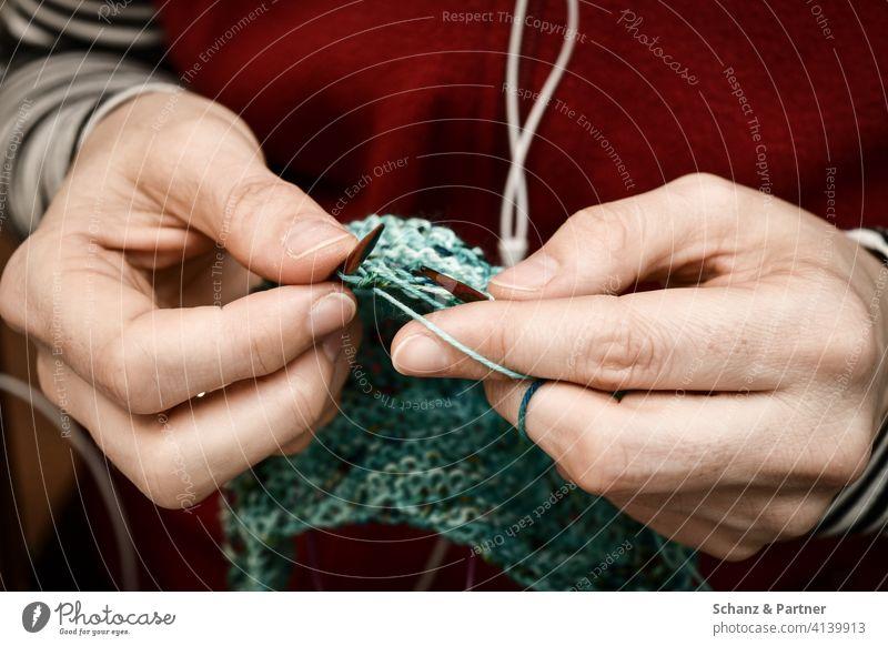 Strickende Frauenhände stricken häkeln handarbeit entspannen selbermachen nähen Hände fingerfertigkeit hobby knitting wolle wintermütze winterschal kopfhörer