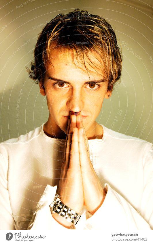 Zum Herrn Mann Hand Gebet südländisch Licht dunkel braun Uhr Schulter Blick Publikum Haarsträhne Südamerikaner Schatten hell Auge Gesicht Kopf