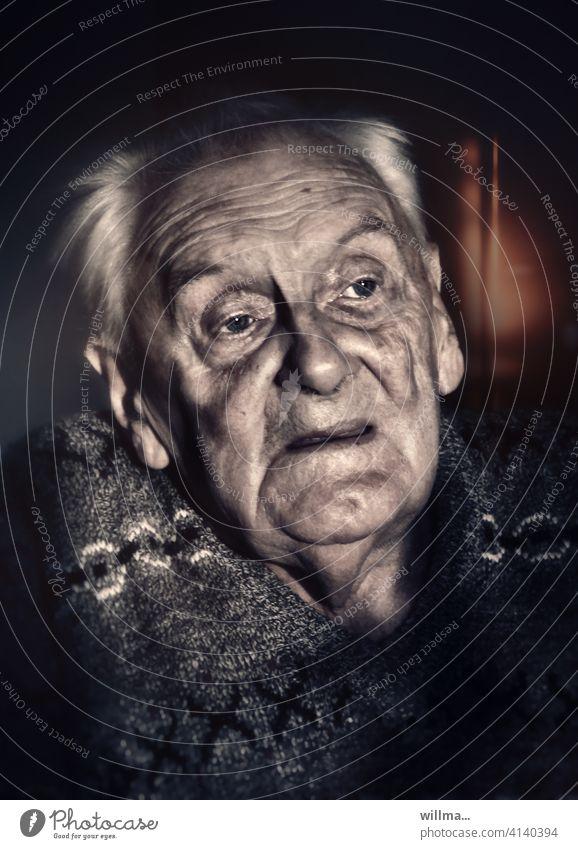 Opa erzählt vom Krieg Senior Mann Alter Porträt Greis Rentner Männlicher Senior Großvater Gesicht erinnern nachdenken besorgt Sorge Glaube Ruhestand Einsamkeit