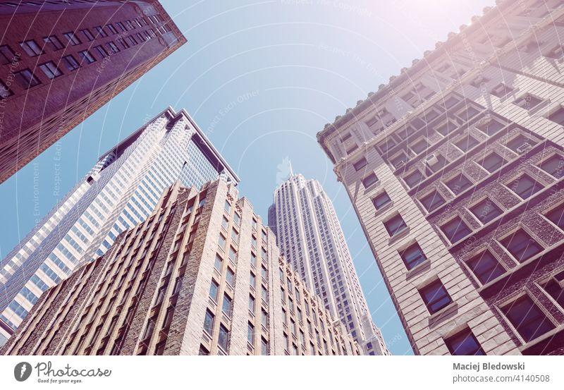 Blick auf Manhattan Wolkenkratzer, Farbe getönten Bild, New York City, USA. Großstadt New York State Büro Business Gebäude nachschlagen Stadtbild Skyline Himmel