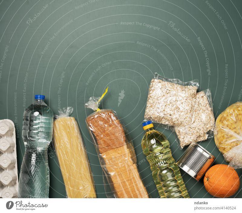 verschiedene Produkte, Früchte, Nudeln, Sonnenblumenöl in einer Plastikflasche und Konservierung, Versand schenken Geldgeschenk Ei flach Lebensmittel