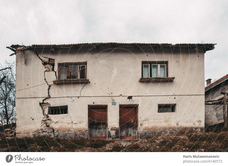altes verfallenes Haus mit rissigen Wänden in einem europäischen Dorf antik Antiquität Architektur Hintergrund Baustein braun Gebäude Zement Großstadt