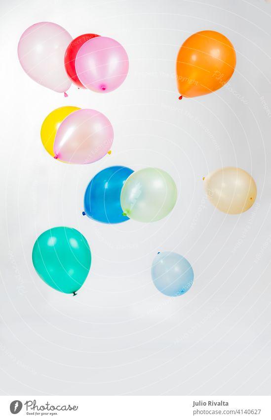 Bunte Luftballons Ballons vereinzelt Hintergrund weiß Party rot farbenfroh Farbe Dekoration & Verzierung Geburtstag Spaß Feier Menschengruppe Freude spielen