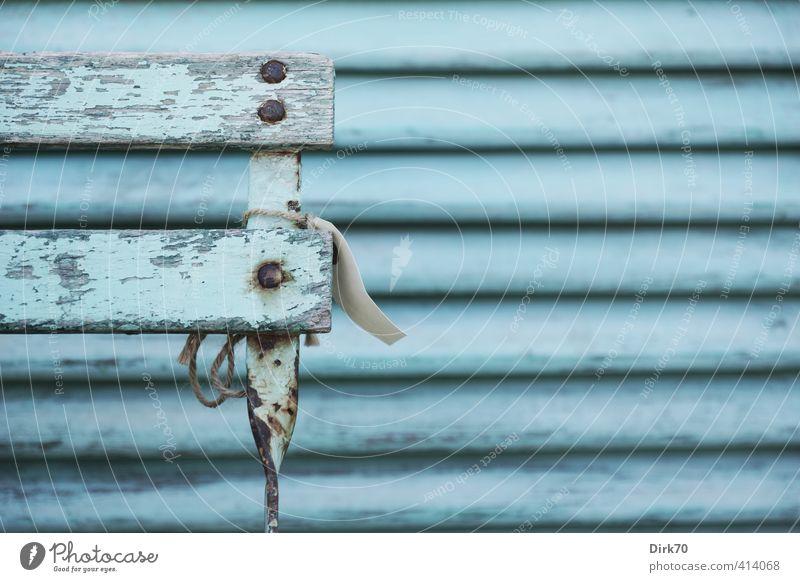 Ton in Ton hellblau Mauer Wand Fassade Terrasse Fenster Fensterladen Stuhl Stuhllehne Schilder & Markierungen Preisschild Holz Metall Rost alt authentisch kalt