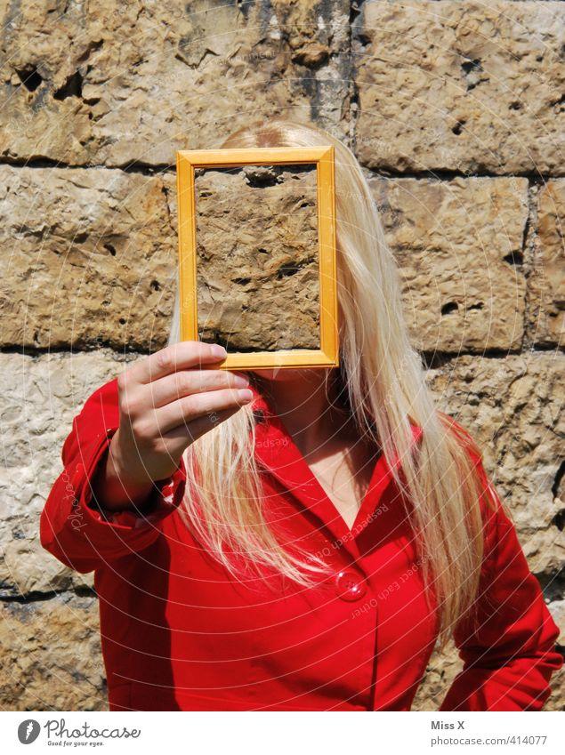 Unerkannt unterwegs... Mensch Jugendliche Junge Frau Erwachsene Gesicht 18-30 Jahre Wand Gefühle feminin Mauer Stimmung blond Schutz Kontakt geheimnisvoll Internet
