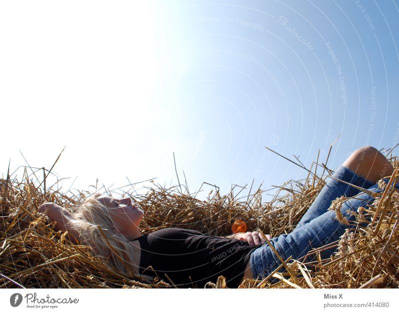 Frau im Stroh Mensch Jugendliche Sommer Sonne Erholung ruhig Junge Frau Erwachsene 18-30 Jahre Gefühle feminin Freiheit träumen Stimmung liegen Feld