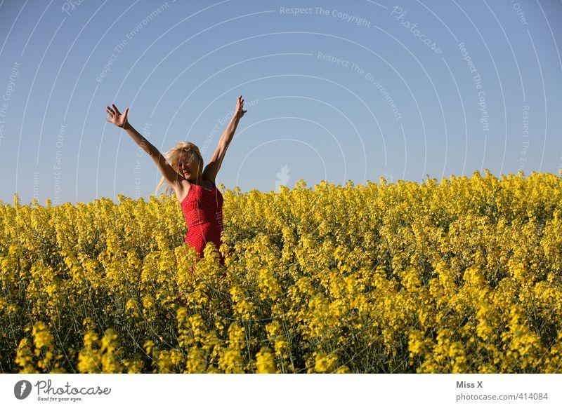 liberta schön Mensch feminin Junge Frau Jugendliche 1 13-18 Jahre Kind 18-30 Jahre Erwachsene Sommer Blume Feld Lächeln lachen Fröhlichkeit gelb Gefühle