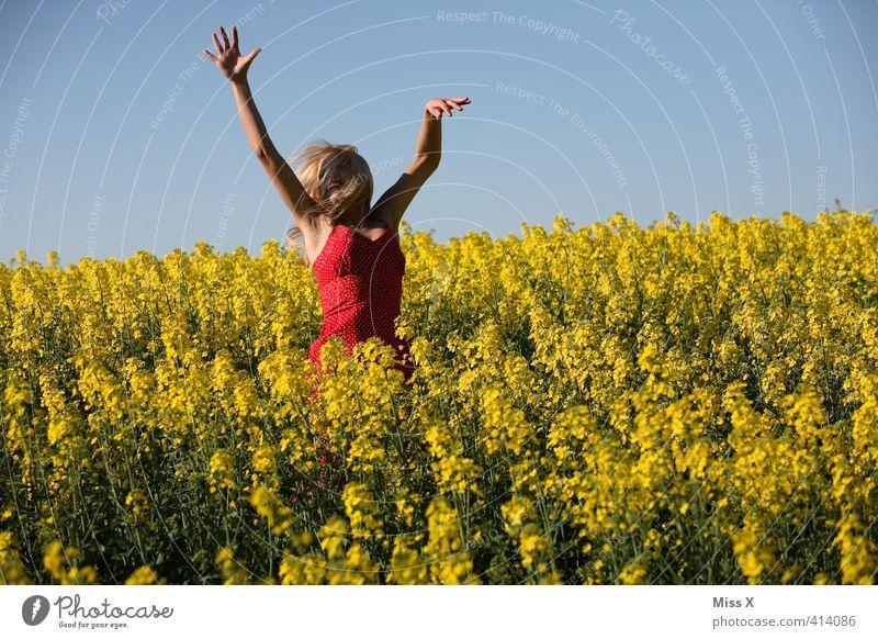 Hüpfen Mensch Natur Jugendliche schön Pflanze Sommer Blume Freude Junge Frau Erwachsene gelb 18-30 Jahre Gefühle feminin lachen Freiheit