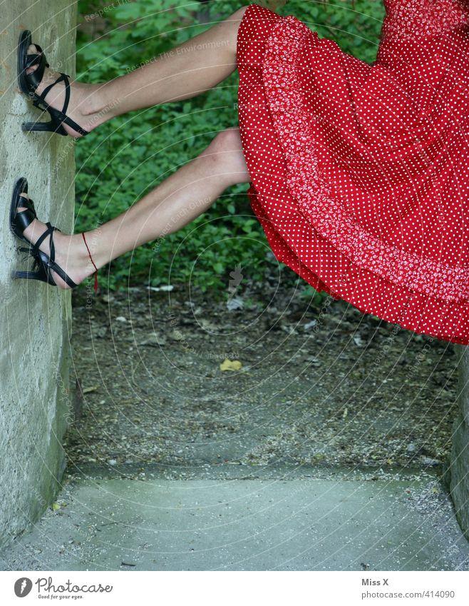 Klettermaxima Mensch feminin Junge Frau Jugendliche Beine 1 18-30 Jahre Erwachsene Mode Bekleidung Rock Kleid Schuhe Damenschuhe rot gepunktet festhalten