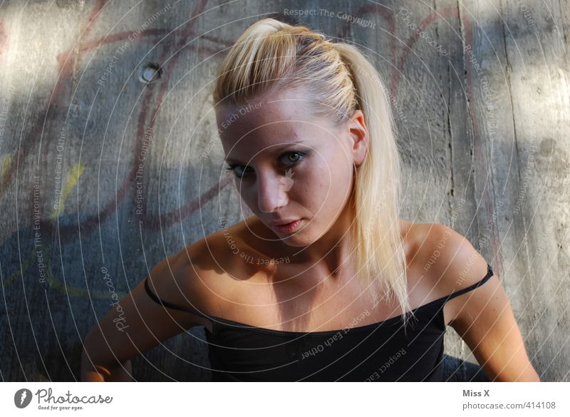 willste Stress, oda was... Mensch feminin Junge Frau Jugendliche 1 13-18 Jahre Kind 18-30 Jahre Erwachsene blond Zopf Aggression schön Erotik Wut Gefühle