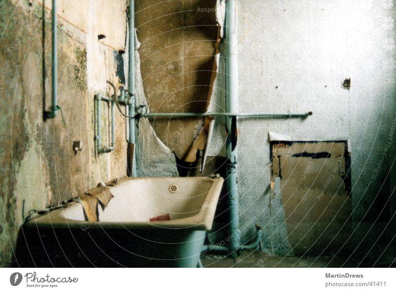 altes Bad blau Haus kaputt Vergänglichkeit verfallen Verfall Vergangenheit Badewanne vergessen Altbau gebraucht Leerstand Unbewohnt verwohnt