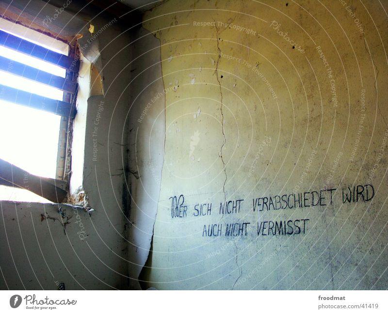 Wer sich nicht verabschiedet... Wand Tod Fenster Denken dreckig Trauer Schriftzeichen kaputt Tapete verfallen Verfall trocken historisch Ruine Typographie