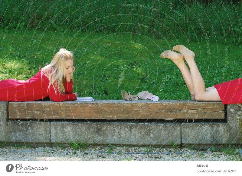 Zwillinge Mensch Kind Jugendliche Ferien & Urlaub & Reisen schön Erholung Junge Frau Erwachsene 18-30 Jahre Wiese Gefühle Stimmung liegen Freizeit & Hobby blond Buch
