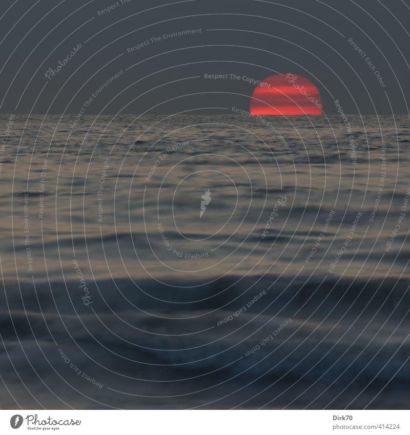 Ende eines Sommertags am Meer Natur blau Wasser Sonne rot ruhig Wolken schwarz Küste grau Zeit Horizont Wellen leuchten