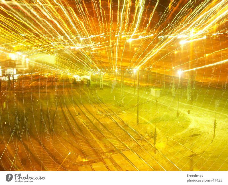 Schienenzoom Gleise Nacht Langzeitbelichtung Elektrizität Licht Schranke Eisenbahn Lampe Zoomeffekt Bahnhof
