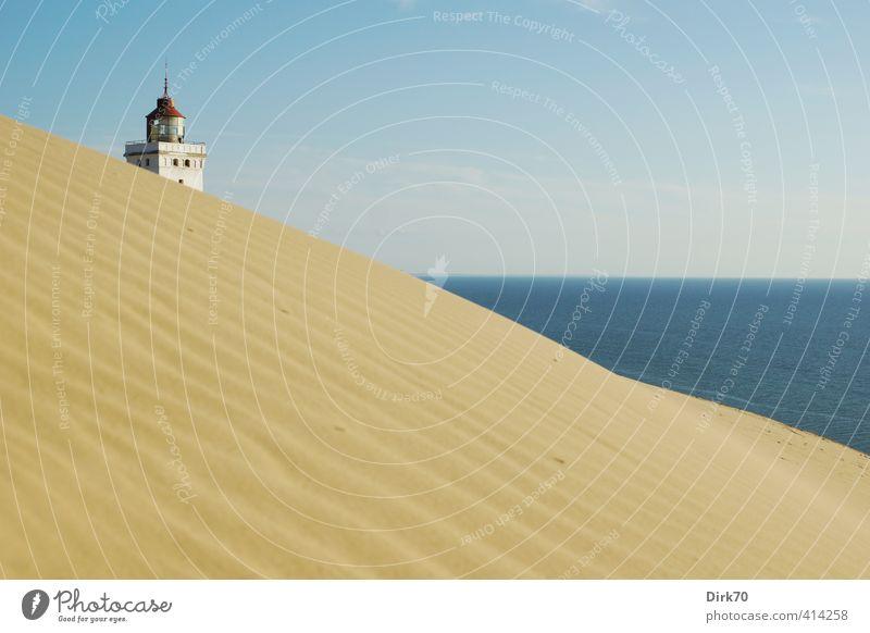 Leuchtturm und Wanderdüne Rubjerg Knude blau alt Wasser weiß Sommer Meer rot schwarz Ferne gelb Wärme Küste Sand Horizont Schönes Wetter historisch