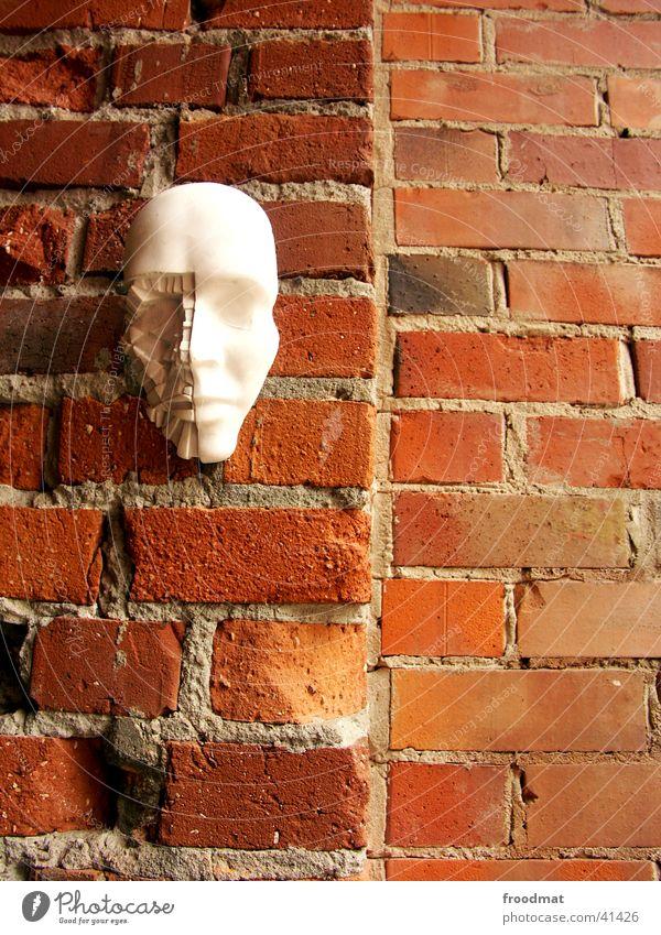 Broken Face Mauer Gesichtsmaske absurd Wand Ausstellung Designmai Maske