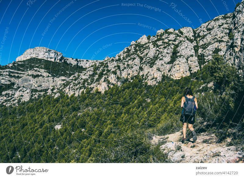 Frau beim Wandern auf einem Bergpfad in Katalonien Spanien im Freien Textfreiraum Farbe Menschen eine Person Berge u. Gebirge Freiheit reisen Gesundheit