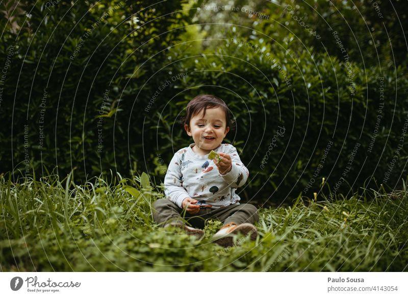 Kind spielt im Park 1-3 Jahre Kaukasier authentisch Natur grün Tag Mensch Kindheit Farbfoto Lifestyle Außenaufnahme Kleinkind Freude Leben Fröhlichkeit erkunden