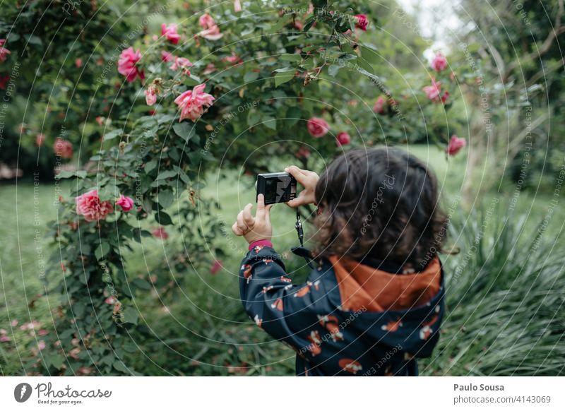 Kind macht Fotos mit Digitalkamera 1-3 Jahre Mädchen Kaukasier authentisch fotografierend Fotokamera Digitalfotografie Technik & Technologie Kindheit Mensch
