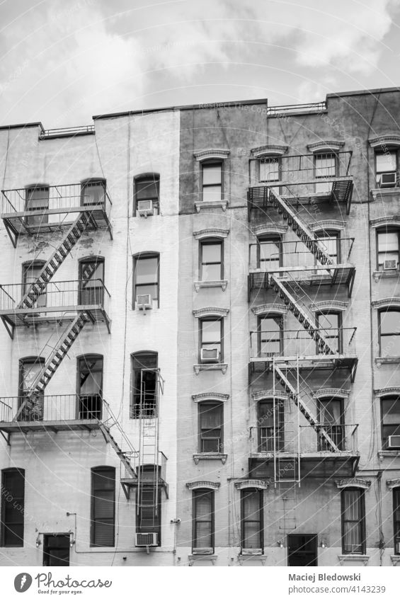 Schwarz-Weiß-Bild von alten Gebäuden mit Eisen Feuerleitern, New York City, USA. New York State schwarz auf weiß Feuertreppe Großstadt Manhattan Stadthaus Haus