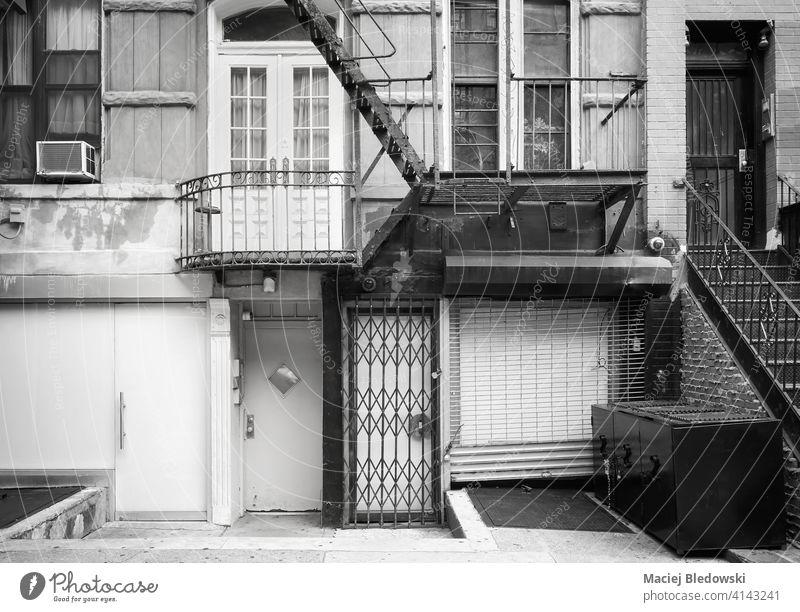 Schwarz-Weiß-Bild von alten Gebäudefassade mit Eisen Feuerleiter, New York City, USA. New York State schwarz auf weiß Feuertreppe Straße Großstadt Stadthaus