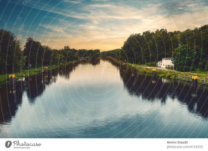 schöne Kanallandschaft mit Abendhimmel und glattem Wasser Berlin Gebäude Windstille Wolkenlandschaft Umwelt Europa Wald Deutschland Gracht idyllisch Landschaft