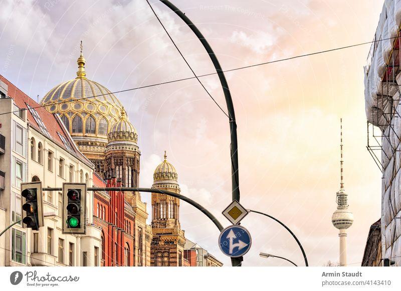 Synagoge Berlin und Fernsehturm mit Ampel davor Architektur Anziehungskraft Gebäude Großstadt Stadtbild Konstruktion Kultur Ausflugsziel Stadtzentrum Europa