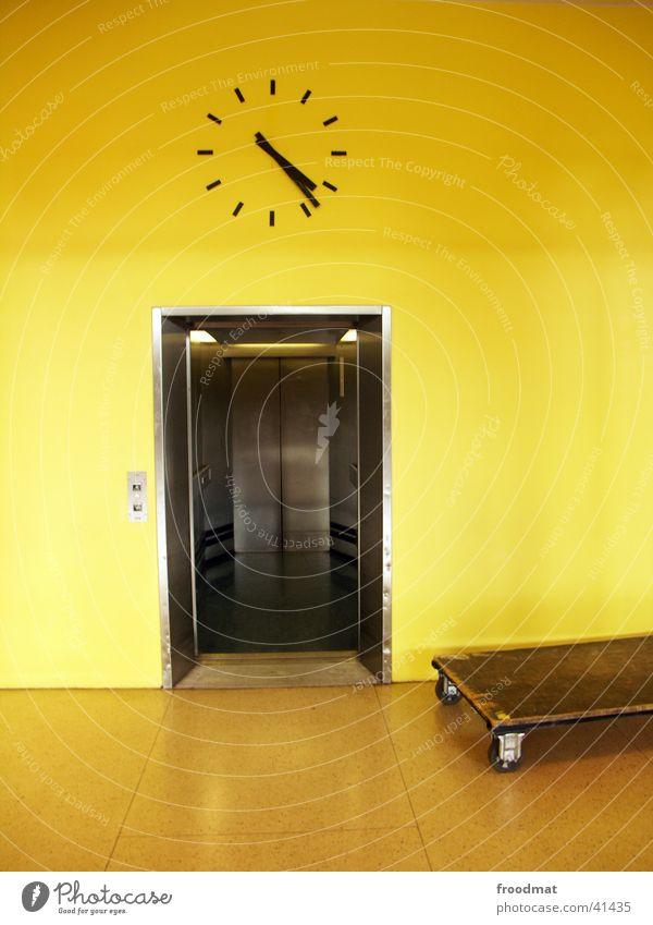 kurz nach 4:20 und der Fahrstuhl ist auf Uhr Wanduhr Zeit Reflexion & Spiegelung Elektrisches Gerät Technik & Technologie silber offen Schubewagen