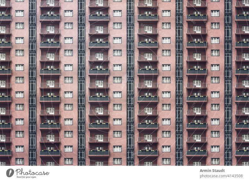 Architekturmuster, dunkle Fassade mit Fenstern und Balkonen eines tristen Berliner Hauses Anonymität anonym Hintergrund groß Klotz Gebäude Großstadt